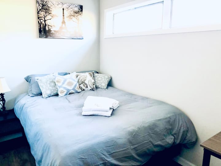 Cozy Private room 14 minutes from stadium/downtown