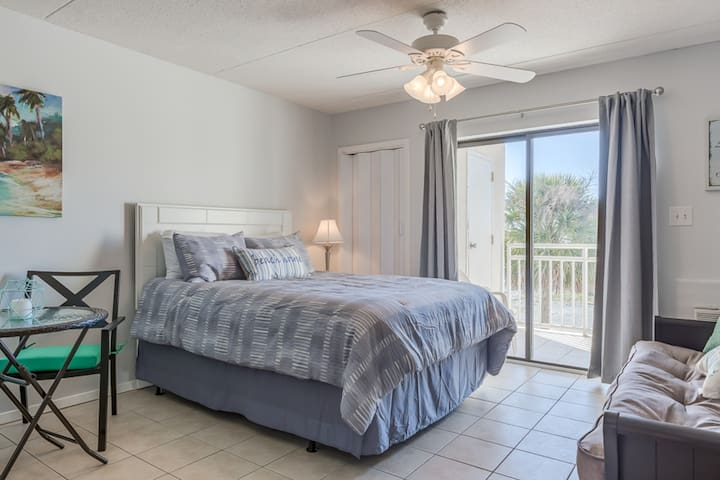 Centrally-located condo w/ beach views, shared outdoor pool, & grill