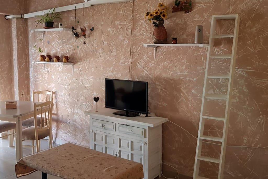 Salón comedor , televisión , sofá de 5 plazas con reposa Pues, wifi en toda la casa