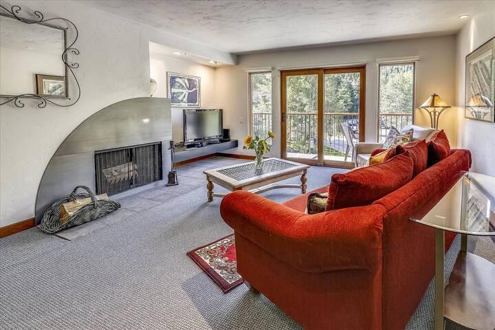 Spacious, charming top floor condo in Aspen