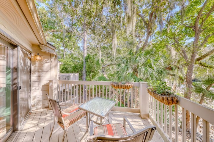 Pet friendly condo w/ shared pool/tennis - near the beach & town!