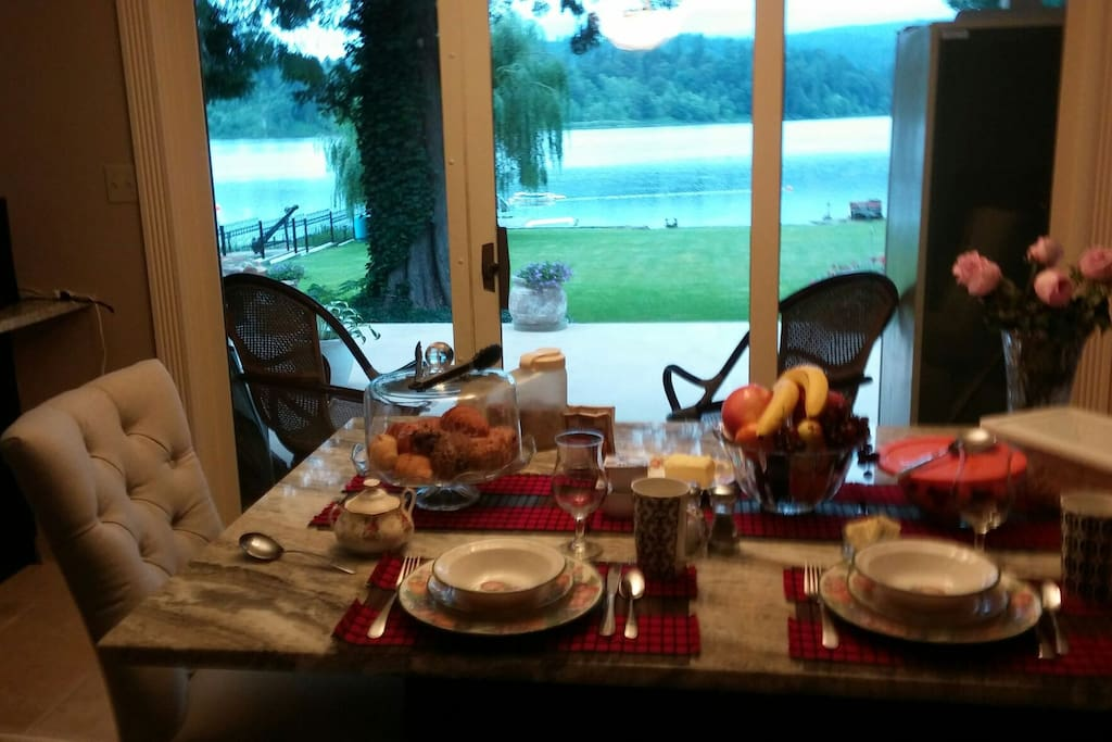 Breakfast table: both hot and cold breakfast items available!