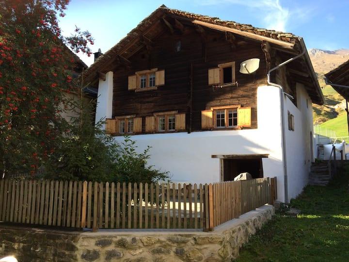 Echtes Walserhaus in Nufenen, Dorfstrasse 6, 7437