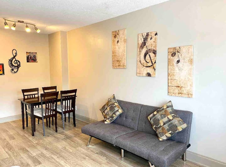 Broadway Right Out Your Door! Cozy Downtown Suite!