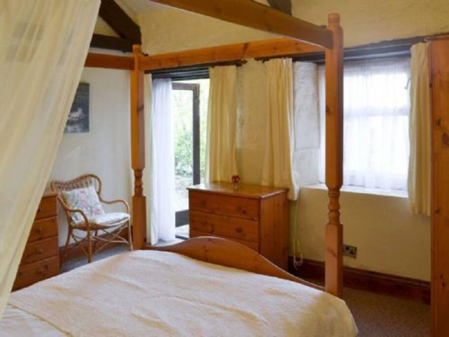 Four poster bedroom with en-suite | Rose Cottage - Old Mill Cottages, Marldon, near Paignton