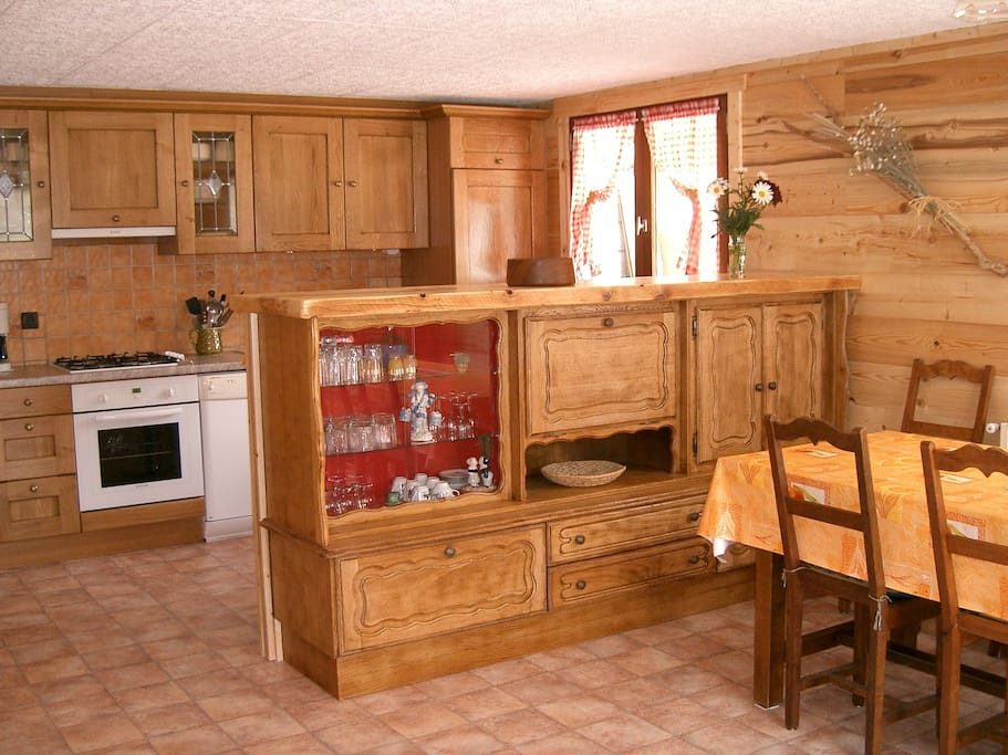 Cuisine équipée séparée du salon/salle à manger par un meuble bar