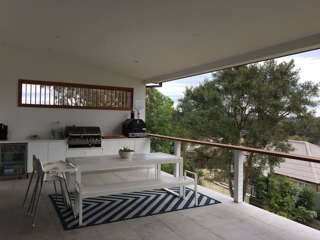 Awesome large family home with magnificent views! - Adamstown Heights - บ้าน