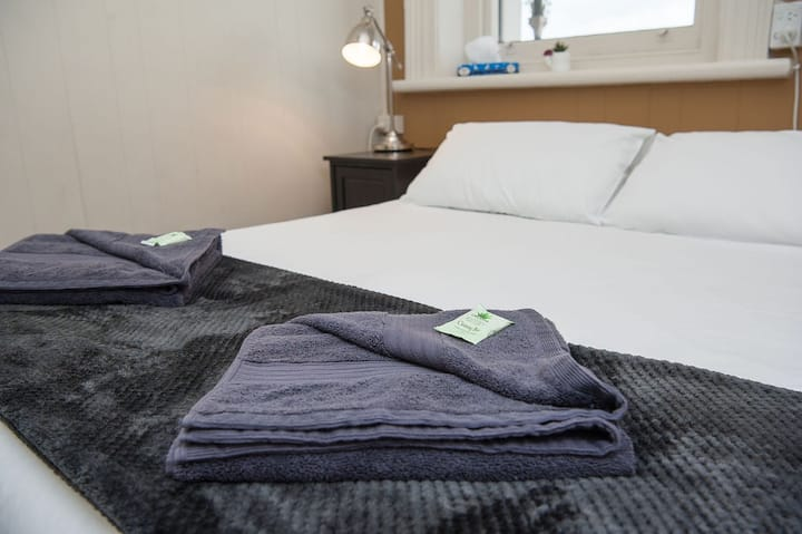 Queen Room · Queen Room · Macs Hotel right in the Heart of the CBD