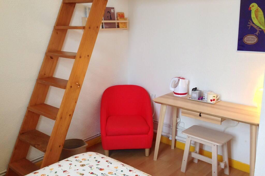 Le petit coin bureau avec du thé et du café à votre disposition :-).