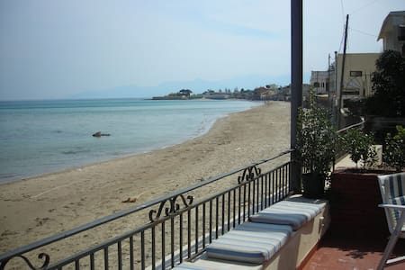Villa on the beach by the sea with terrace - San Nicola l'Arena - Huvila