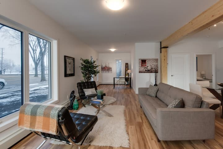 Stylish Condo Close to Royal Alex and Downtown