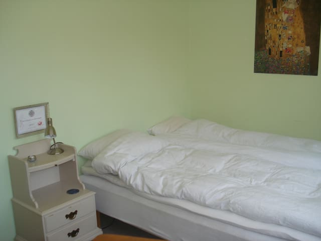 Quiet guest room close to the center and beach. - Ystad - アパート