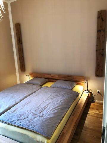 In dem kleinen gemütlichen Schlafzimmer kann man in der Nacht genügend Energie für den nächsten Tag auftanken. TV wäre auch hier vorhanden wenn es gebraucht wird.