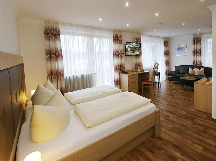 Hotel zum Goldenen Anker (Windorf), DZ Donau Deluxe (33qm) mit Couch/2 Sesseln