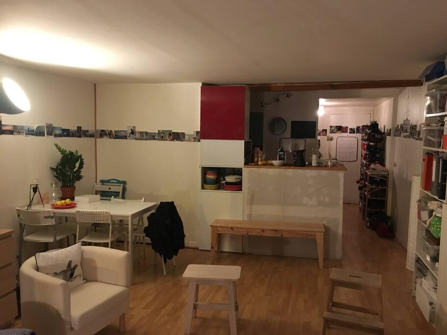 Salon, vue sur cuisine et entrée