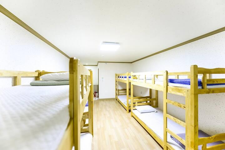 저렴하고 특별한 여행을 즐길 수 있는 편리한 도미토리 12인실 객실