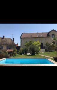 Chambre à louer dans maison avec piscine