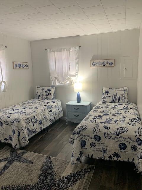 Harper Lake Hideaway! 2 Bed Lakefront Cottage!