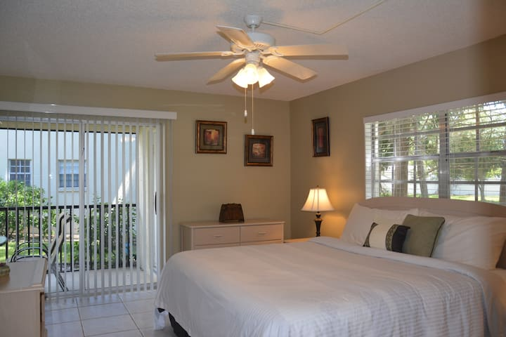 Immaculate Updated Flr 1 2Bd/2Ba Minutes to Beach