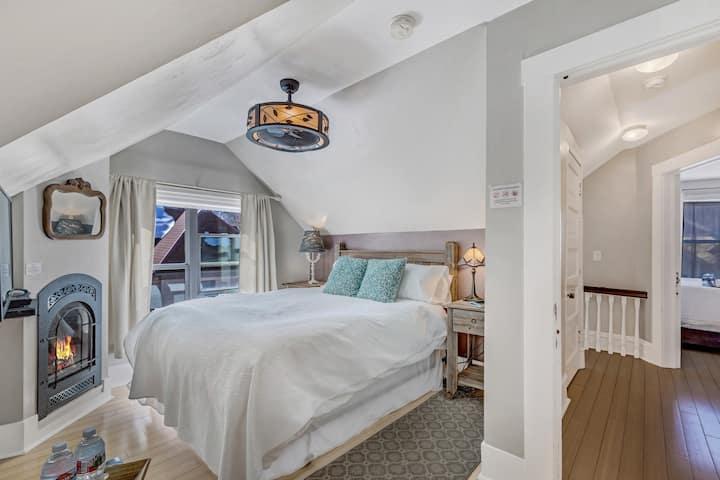 Romantic Downtown Suite at the Floradora House B&B