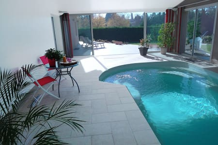 Chambre parme dans villa avec piscine intérieure