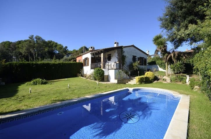 Semi detached house with private garden and swimming pool situated in  Residencial Begur, - Begur