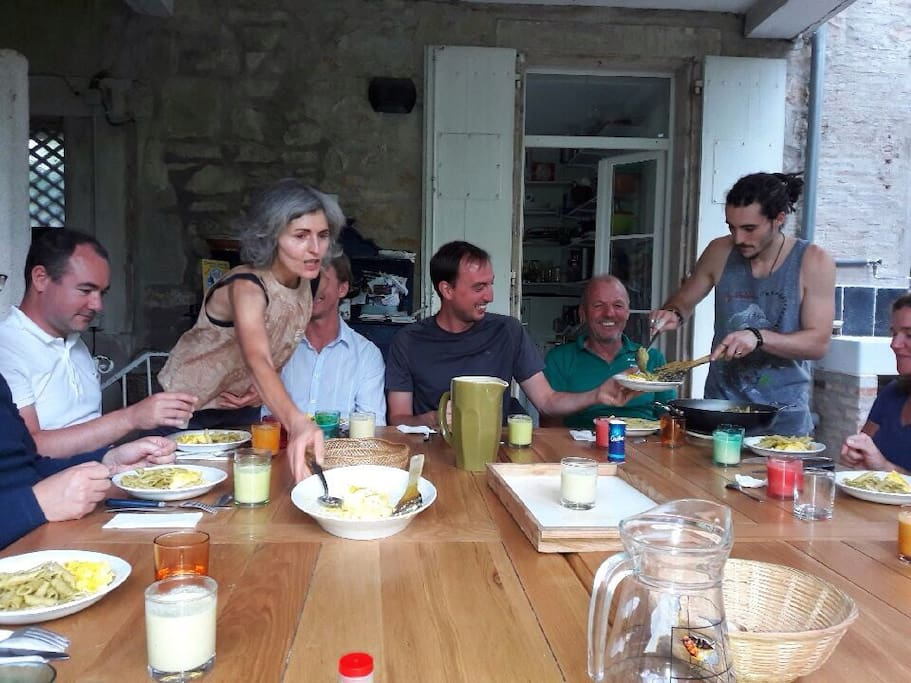 le diner tous ensemble sur la terrasse