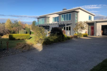 Modern warm home close to airport and town centre