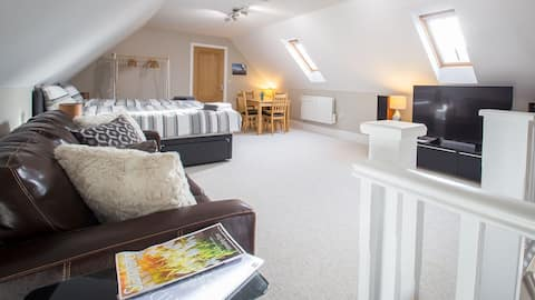 Stamford Self Contained Flat & Private Parking.