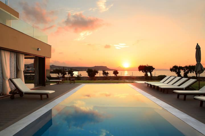 R 946 Alyx Villa with  Swimming Pool, Hot Tub & BBQ grill.