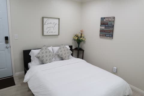 Modern Cozy Bedroom/Bathroom with Private Entrance