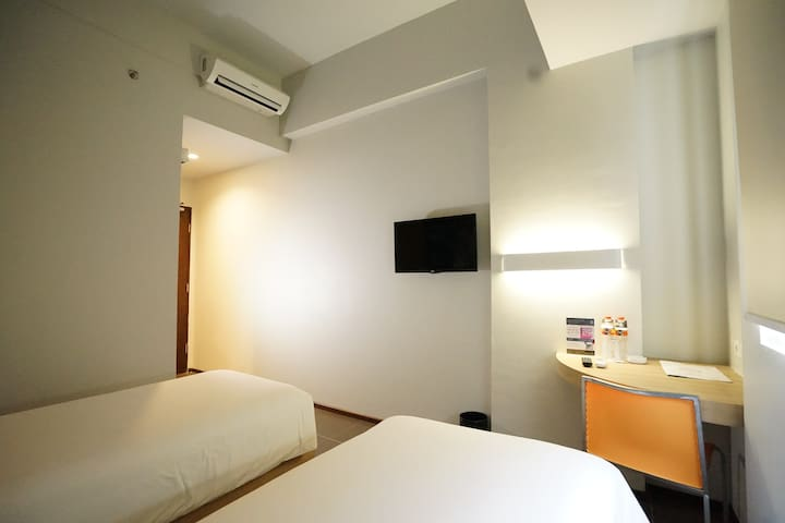 Cleo Hotel Jemursari - Twin Biz Room Breakfast