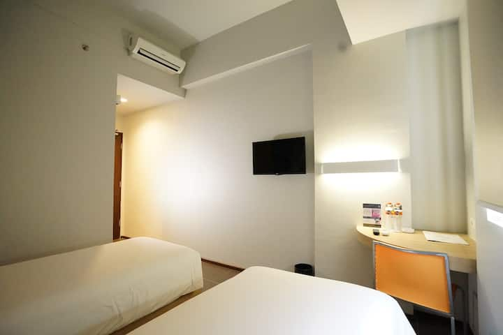 Cleo Hotel Jemursari - Twin Biz Room Breakfast