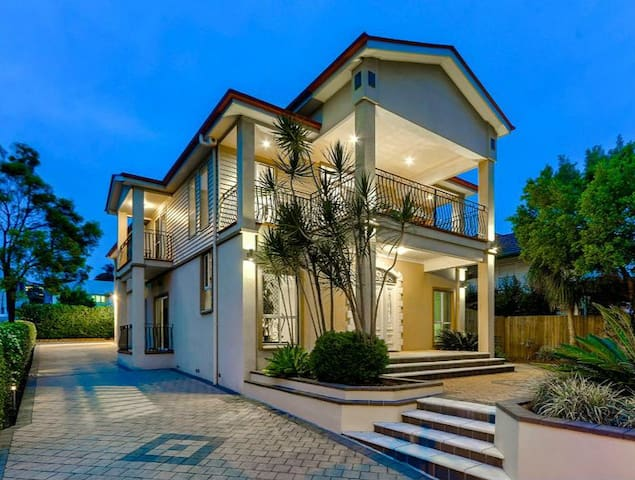 Refined elegance&extensive city view&close airport - Wavell Heights - Hus