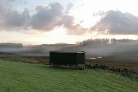 Award winning Shepherd's Hut in quiet rural area