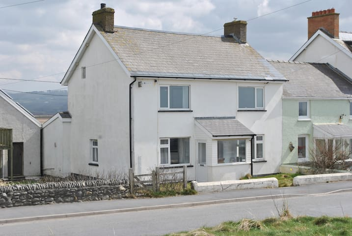 Awelon, a lovely 5 bedroom cottage with sea views