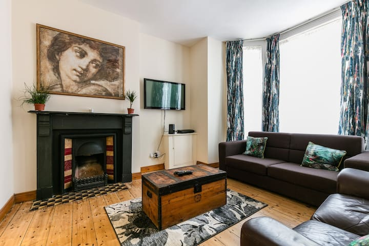 Lovely 2 bed apartment on the lively Lisburn Road.