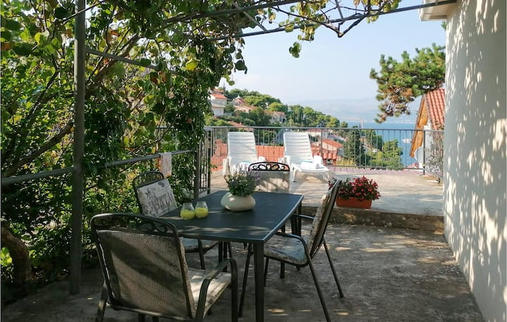 Holiday cottage with 2 bedrooms on 52m² in Splitska