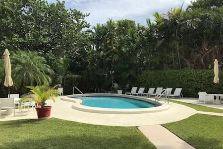 2 bdrm/1 bth.  5 min walk to Beach. Pool & Parking