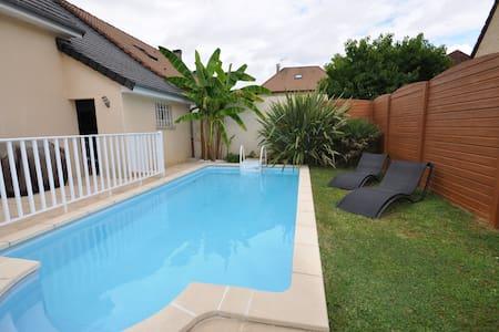 Maison / Villa avec piscine privée au calme - Saint-Pantaléon-de-Larche - Dům