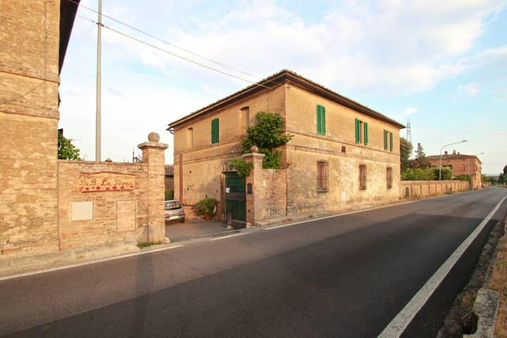 Room with private bathroom, 10min from Siena! (#2)