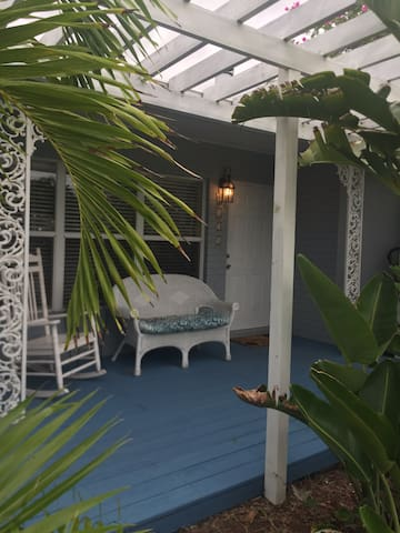 Tropical Paradise! New studio w/ private entrance
