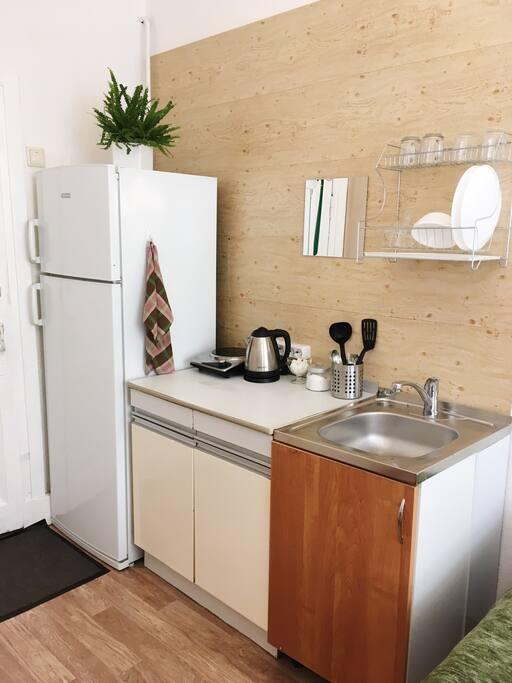 Мини-кухня с большим холодильником и всем необходимым.