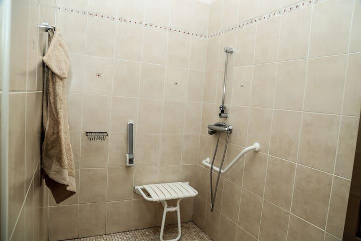 Salle de bain de la chambre 1, adaptée aux PMR
