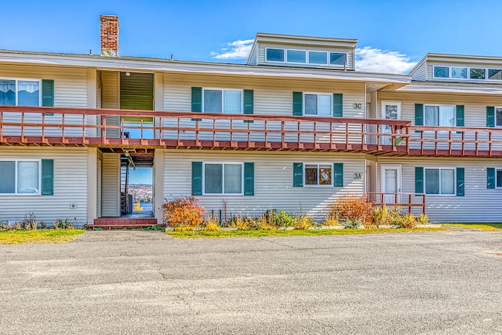 Lakefront condo on the golf course w/ sweeping views & dock access!