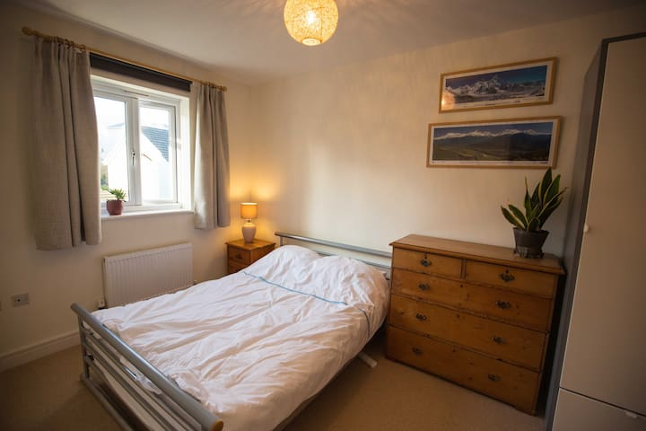 Bright double, ensuite in Totnes with breakfast
