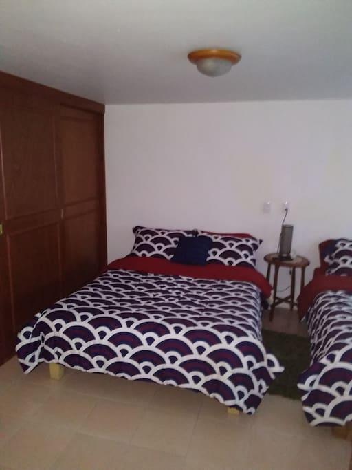 Dos cómodas camas matrimoniales y amplio closet