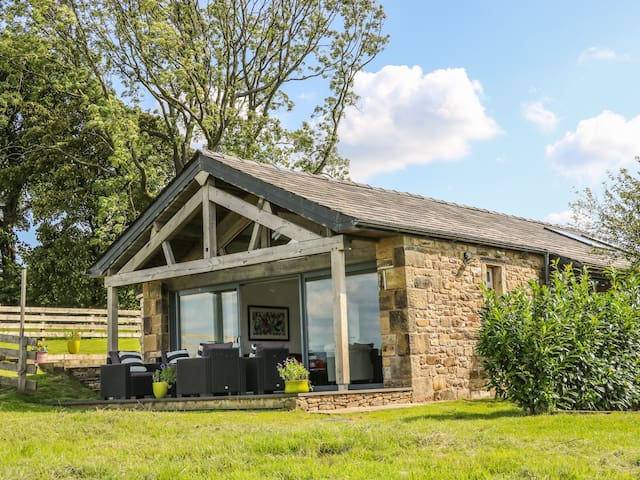 MEADOW COTTAGE AT HILL TOP FARM in Longridge, Ref 969113