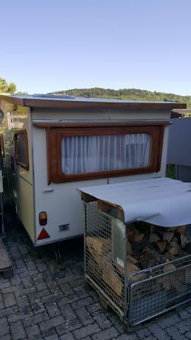Oldtimer Wohnwagen nähe Hafen Strand