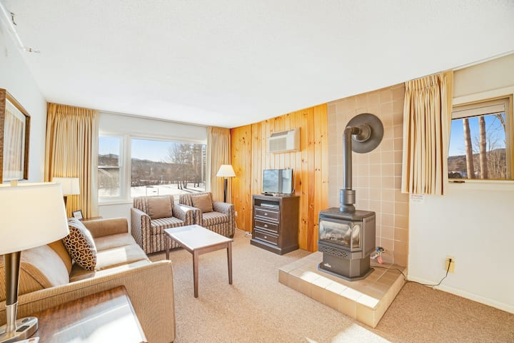 Stylish condo with shared hot tub and pool & full kitchen - close to mountains!